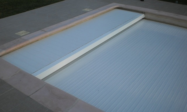 Volet piscine immerg lectrique pour piscine 4 5 x 12 m for Volet roulant immerge piscine miroir